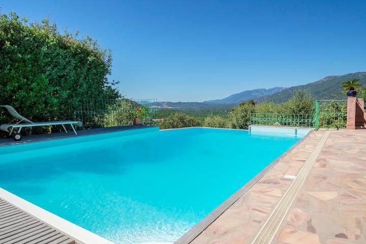 Maison piscine privée et belle vue