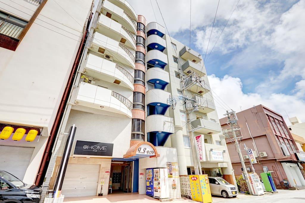 沖縄一の歓楽街松山にあるコンドミニアムタイプの施設。国際通り、各観光地までのアクセスも抜群。
