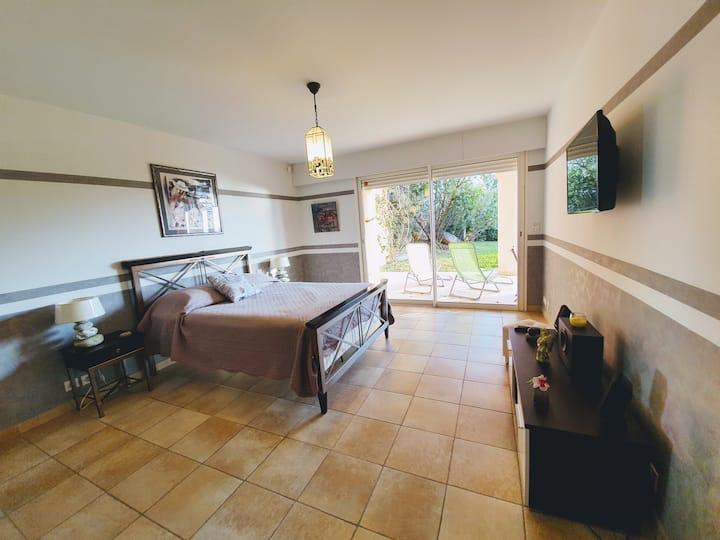 Chambres spacieuses en rez de jardin  avec piscine