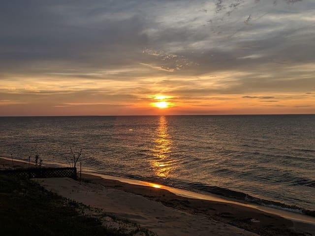 Fab, Luxury Cottage on sandy beach & sunset view!