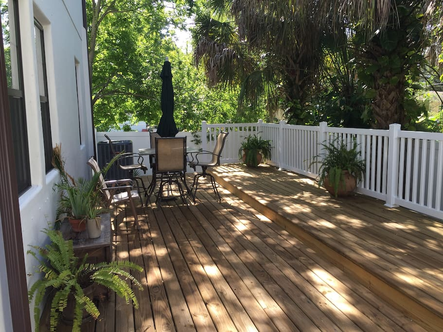 Large fenced-in side deck. Comes with Cornhole.