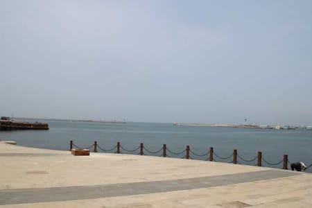 紧邻邮轮母港、劈柴院、中山路、栈桥、火车站,离海边只有几步之遥,在房间内可以看到海景 - Qingdao