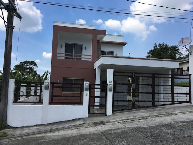 Clean & Modern Tagaytay Home - Tagaytay - Ev