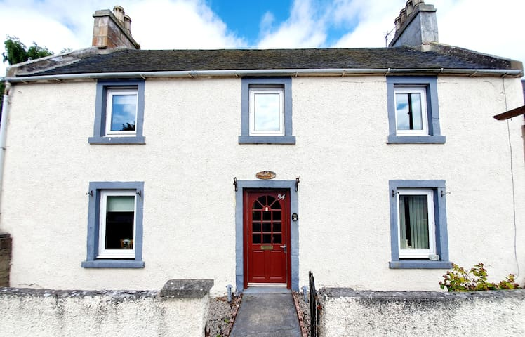 Spacious Holiday Home Closeby The River In Alness!