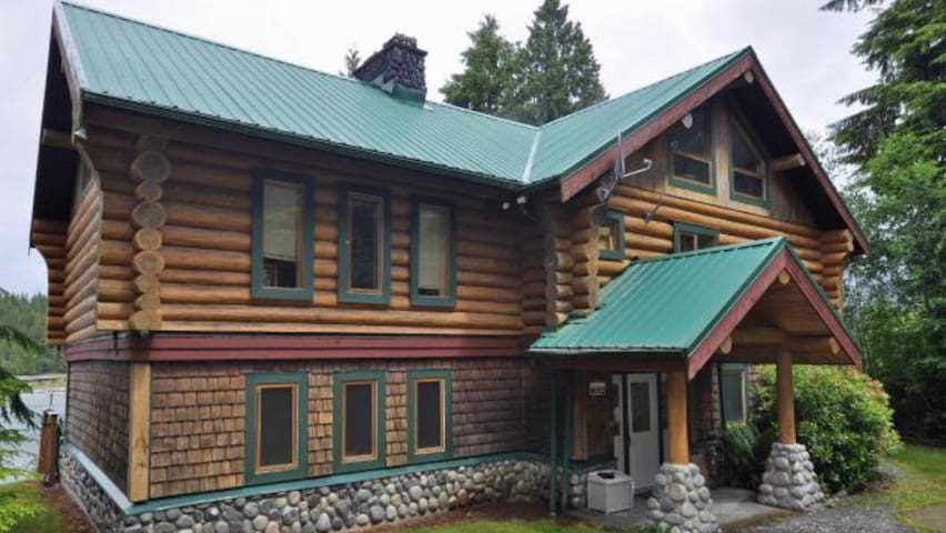 Beautiful Bamfield Waterfront Log Home