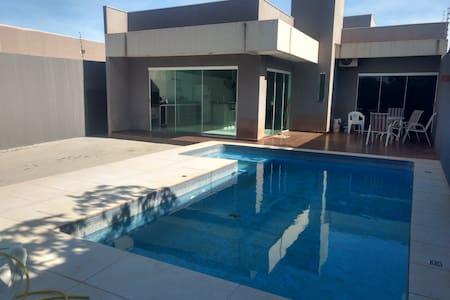 Casa estilo loft c/ piscina, churrasqueira e suíte