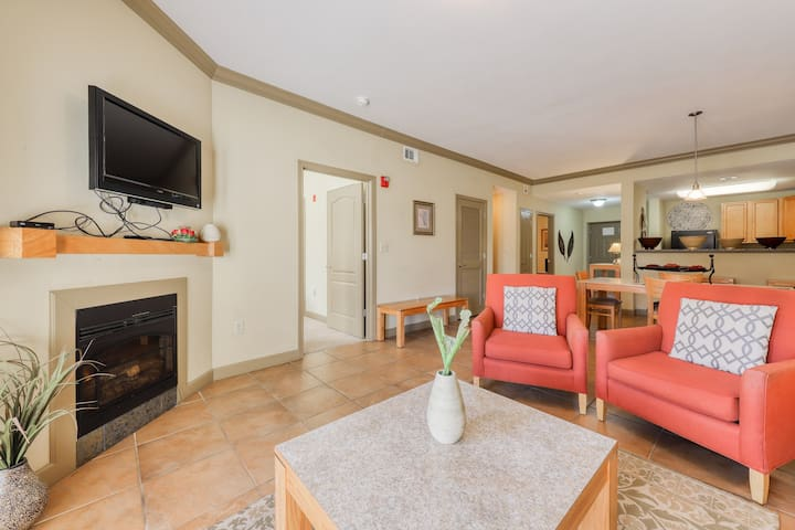Mountain view luxury condo w/shared hot tub & indoor/outdoor resort pool access