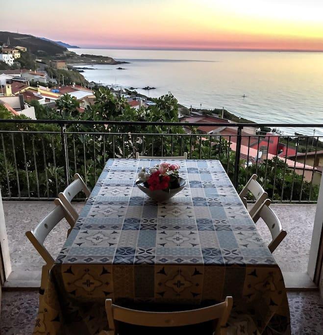 Cenare con lo spettacolo del tramonto seduto alla tua tavola