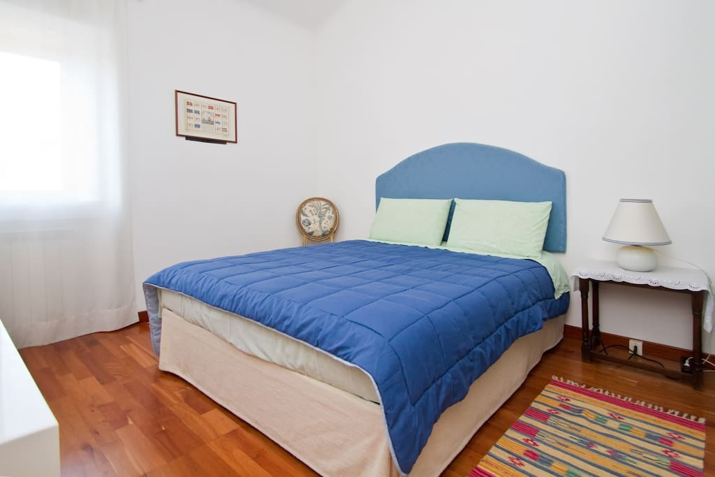 LARGE DOUBLE BEDROOM WITH MEMORY FOAM MATTRESS AND PILLOWS