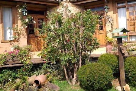 Chale Larissa!  Chale  rustico, rodeado de jardins