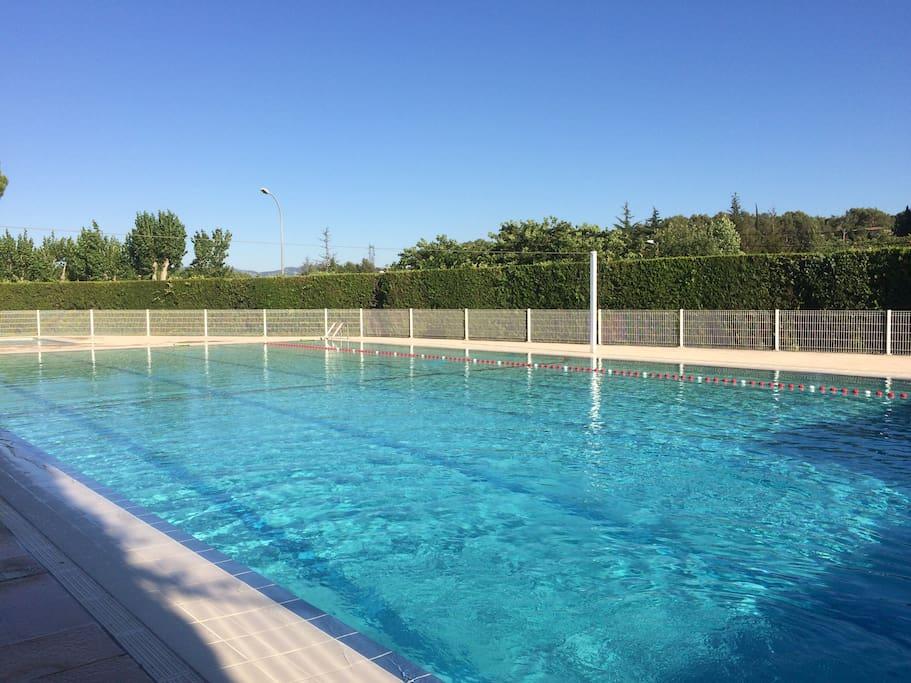 La piscine du domaine : accès inclus, 5 minutes à pieds