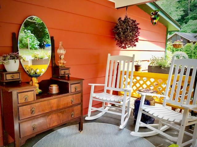 Crimson Cottage Guest Suite, Pets Welcome!