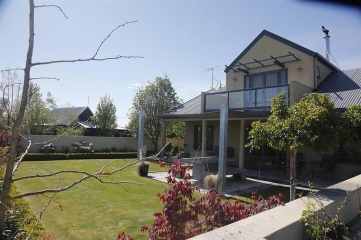 Mountain View Luxury on Braemar Twizel (free WiFi)
