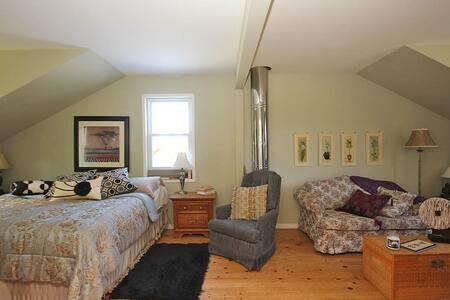 Room in Beautiful Farmhouse Retreat - Bed & Breakfast