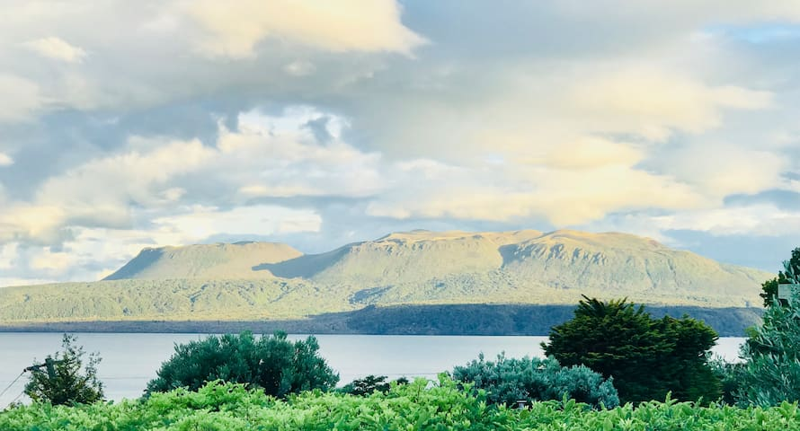 Authentic sun-filled Tarawera lake house and lawn