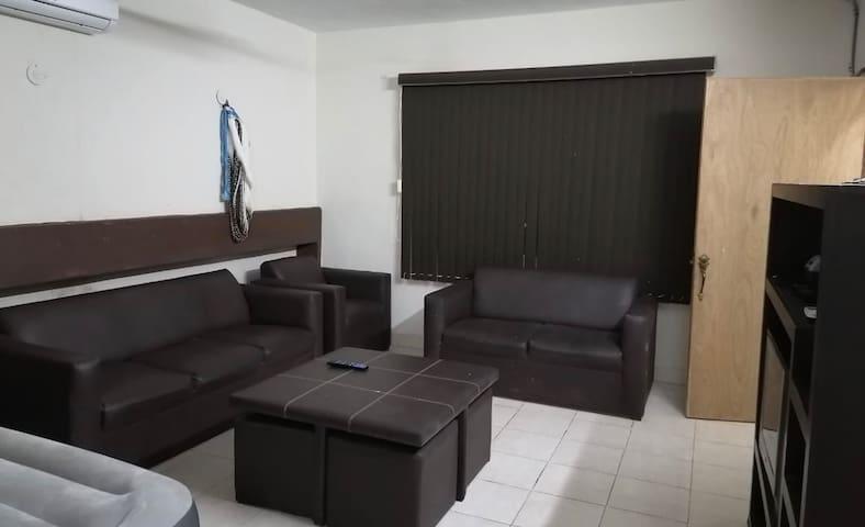 Sala con muebles cómodos.