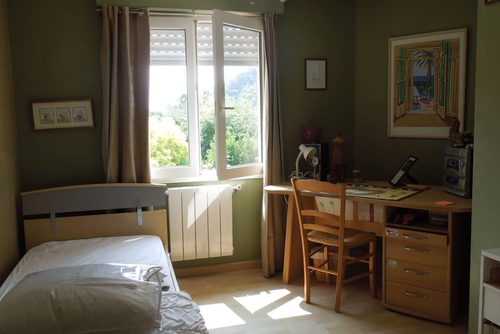 Chambre lit individuelle exposée Est vue Piscine et jardin