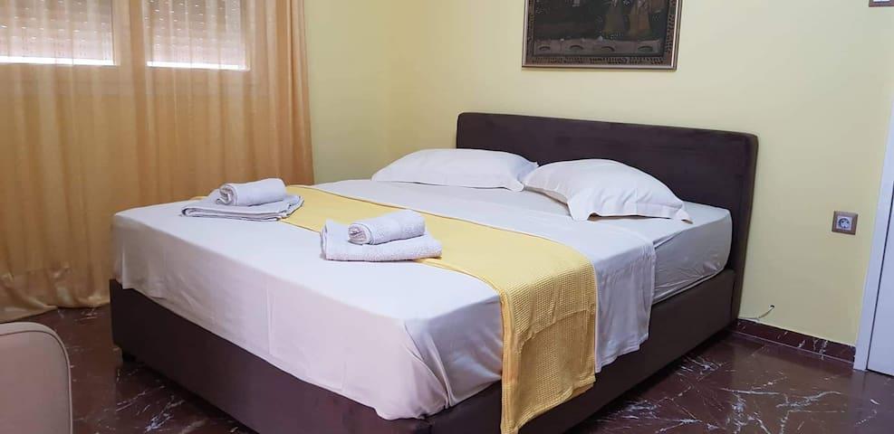 Κρεβατοκάμαρα υπέρδιπλο κρεβάτι