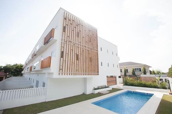 Heart of Accra city life with gym, pool and garden