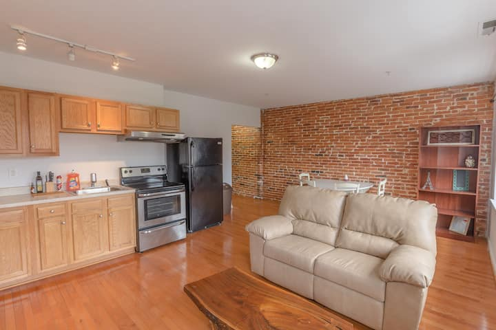 (C)*CLEAN* Historic Brick Apartment in FELLS POINT