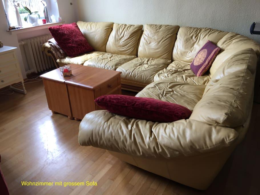 Gemütliches Sofa zum Relaxen im Wohnzimmer