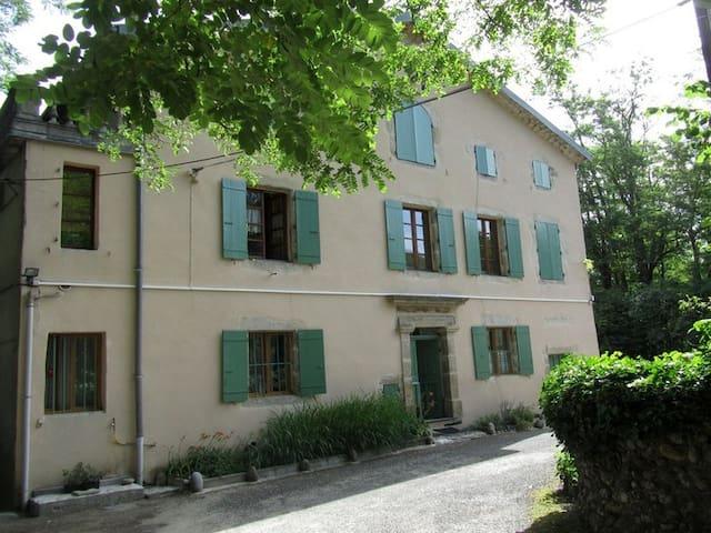 Au bord de l'Ardèche, au calme, proche commerces - Prades - Apartamento