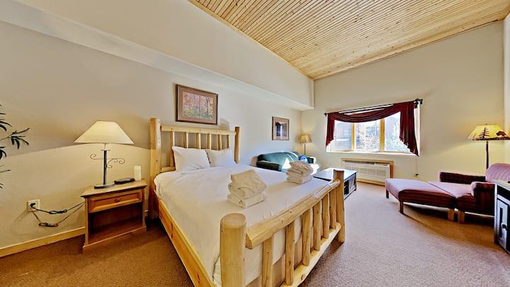 Studio condo with Queen bed plus sofa sleeper -Pool & Hot Tub onsite - Gateway 5057