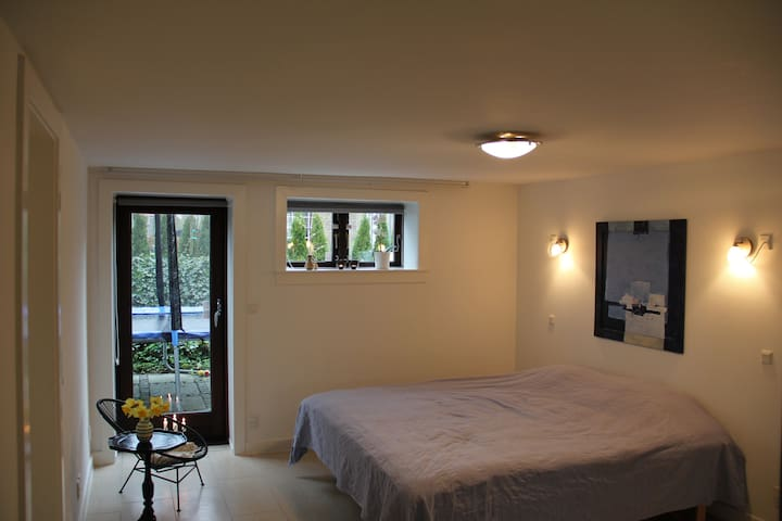 Bright room with private entrance and bathroom - Kongens Lyngby - Dom