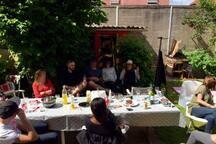 barbecue à l'arrière du jardin
