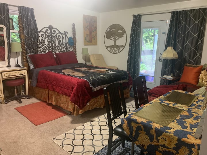 Broker's Happy Hippy Private Suite! 7min to town!