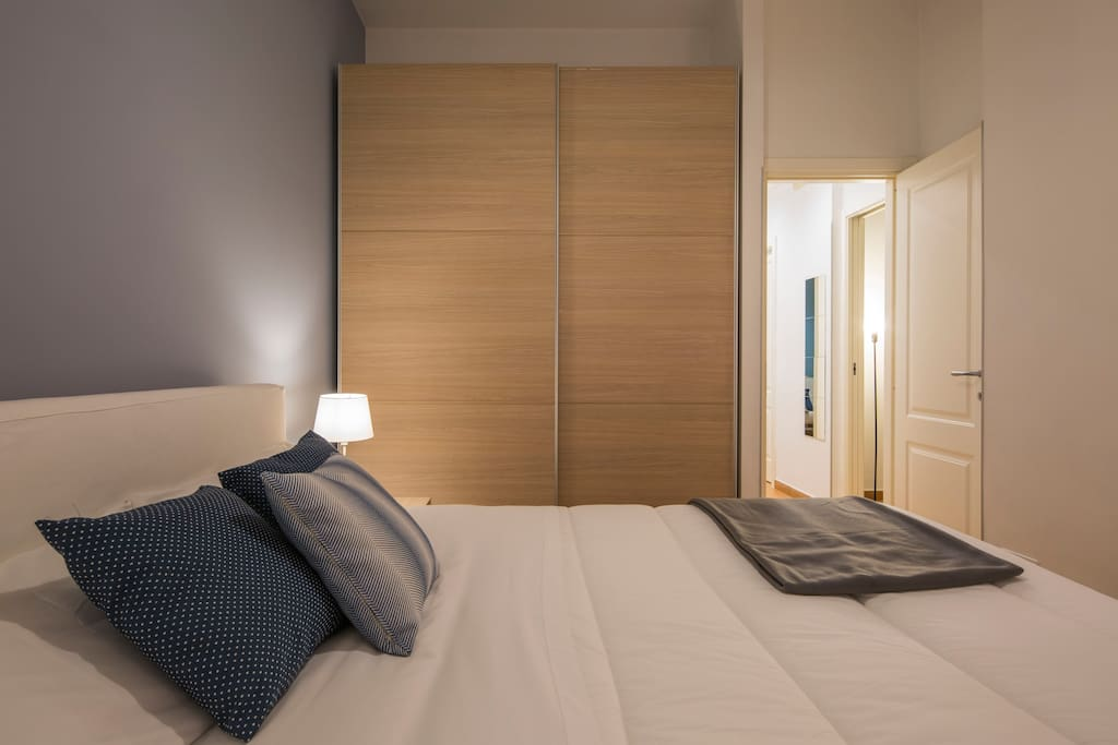 Double room with large closet. Camera da letto matrimoniale con ampio armadio.