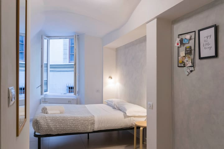 2 min from Duomo - studio for budget travelers