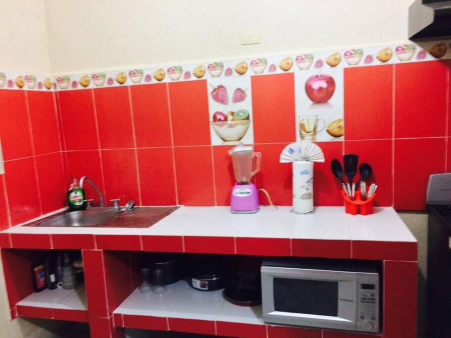 COCINA EQUIPADA con todo lo necesario para cocinar,ollas,sartenes,utensilios...