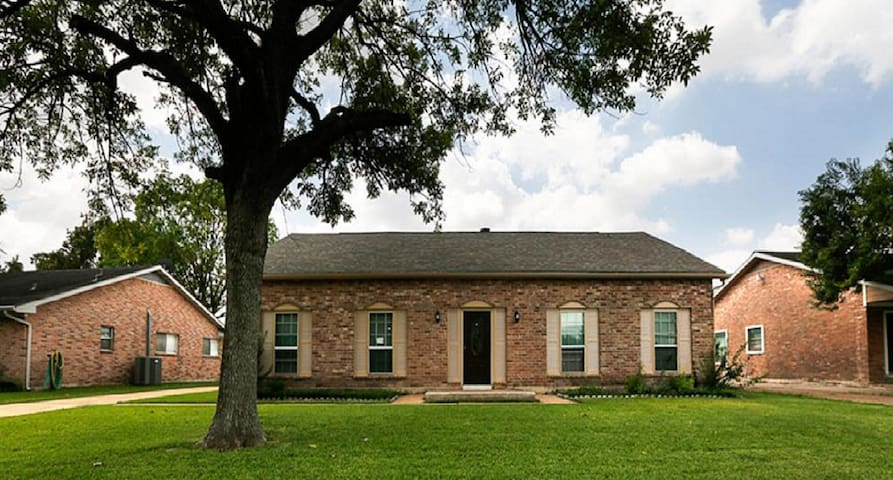 4 Bedrooms Bandlon Drive House in Houston