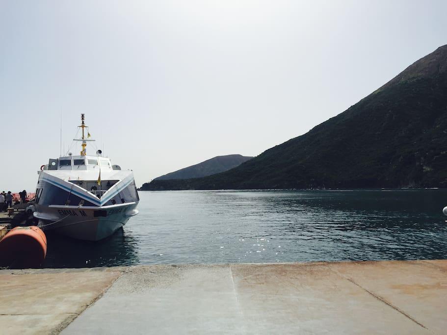 Il Porto di Levante dove attraccano Traghetti ed Aliscafi è a 5 minuti a piedi da casa
