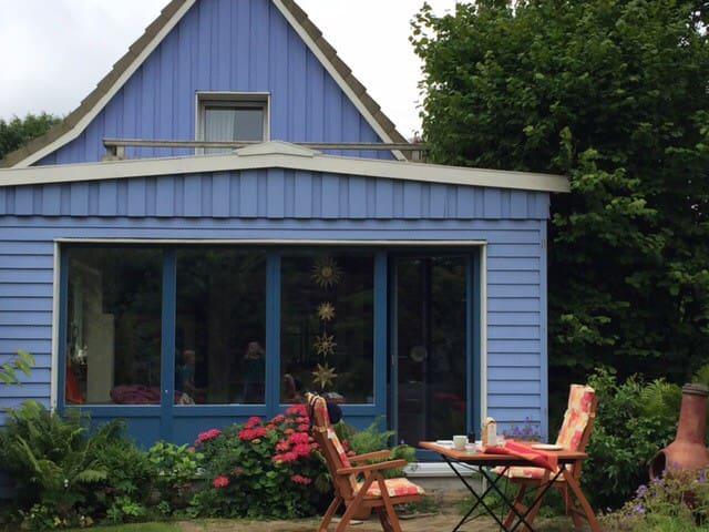 Buntes Haus mit himmlischem Garten - Kiel - Huis