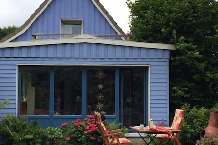 Buntes Haus mit himmlischem Garten - Hus