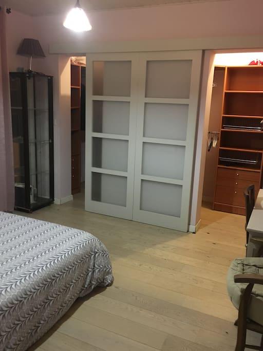 Chambre avec double dressing spacieux