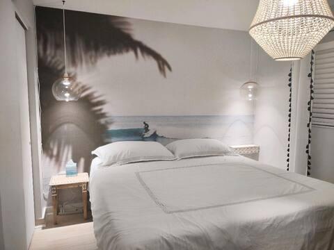 モダンなティキ、ビーチまで1ブロック、キングサイズのベッド、段差なし
