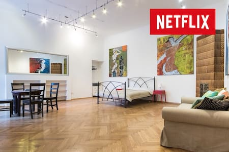 Huge Art Gallery Apartment + free parking included