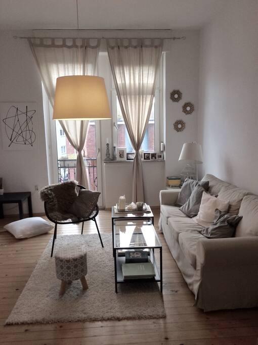 Die Kunst die ihr im Wohnzimmer vorfindet ist selbst gemacht :)
