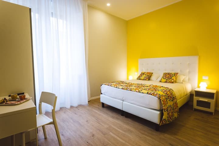 Angelina Rooms In Rome Camera Gialla