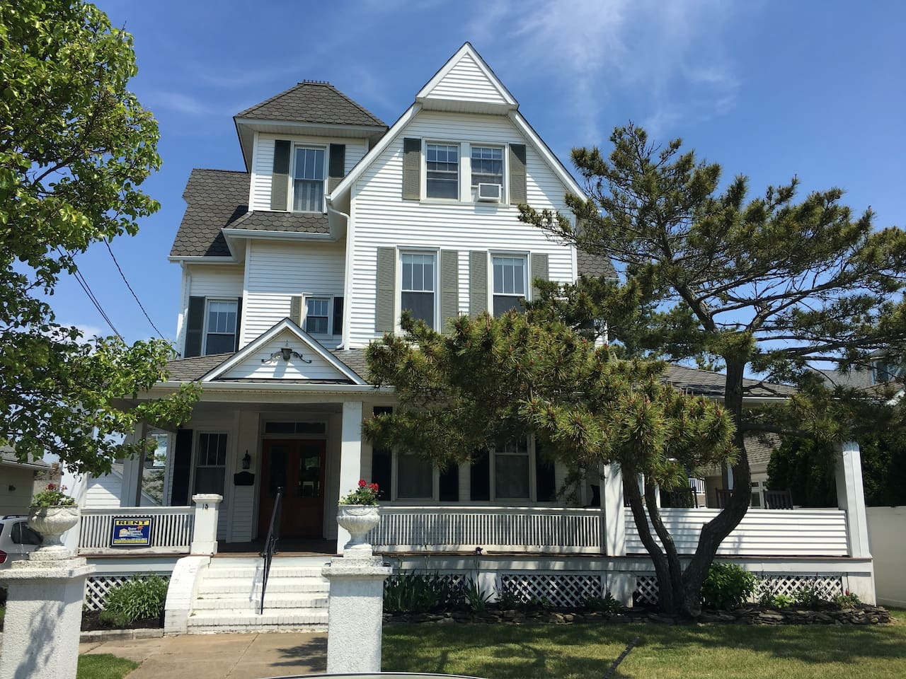 Grand Victorian , Steps from the Beach!