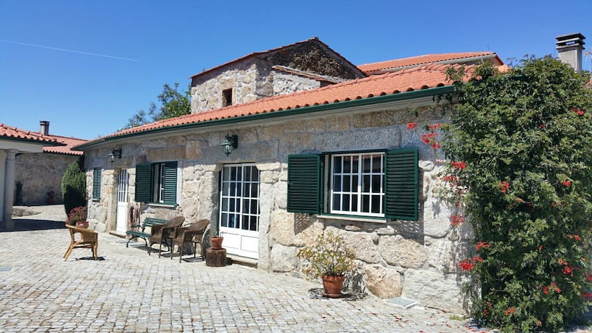 Charming granite cottage in beautiful surroundings - Casal Diz - Cottage