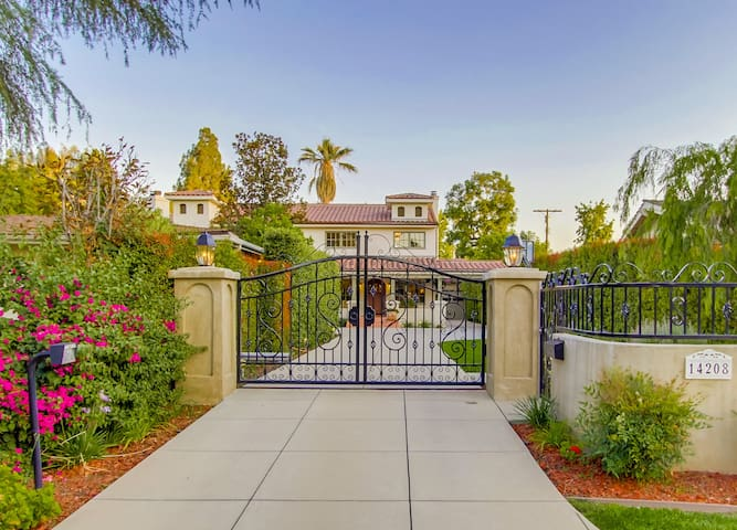 GATED ESTATE SLEEPS 16 OR MORE - SHERMAN OAKS - Dom