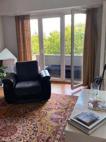 Chambre lumineuse, appartement avec grand balcon