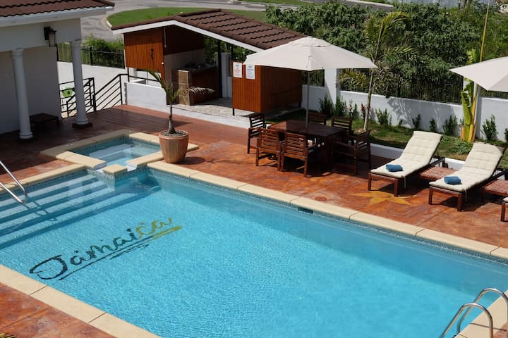 Modern & Neat Studio, full kitchen & pool, MoBay