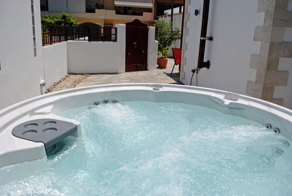 Private outdoor area - jacuzzi  hot tub