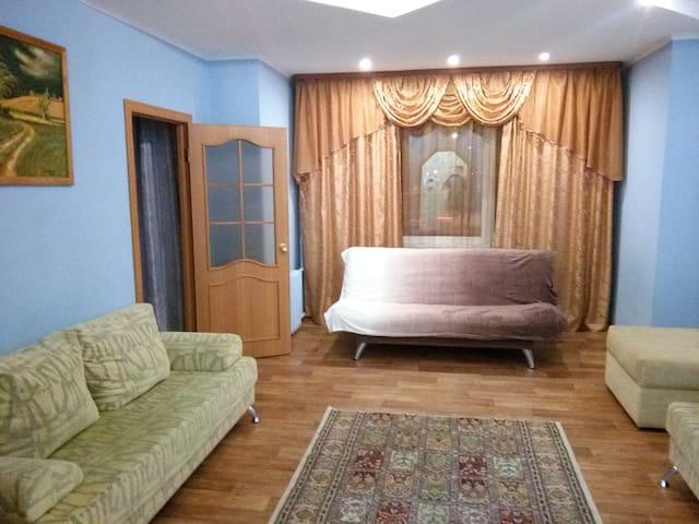 Просторная квартира в самом центре Сургута - Surgut - Apartment