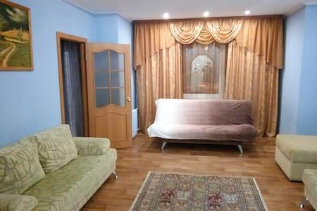 Просторная квартира в самом центре Сургута - Surgut - Apartemen